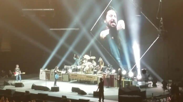 Foo Fighters chama Little Fonzie ao palco