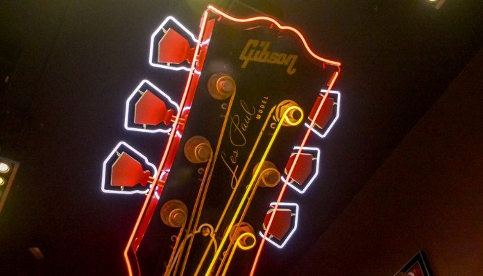 Letreiro do Hard Rock Cafe Nova York com uma Gibson Les Paul