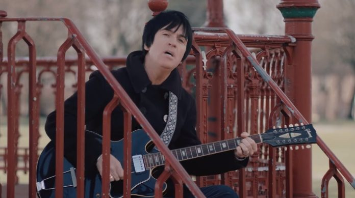 Johnny Marr no clipe de Hi Hello