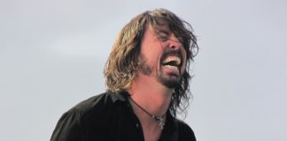 Dave Grohl (Foo Fighters) se mijando de rir