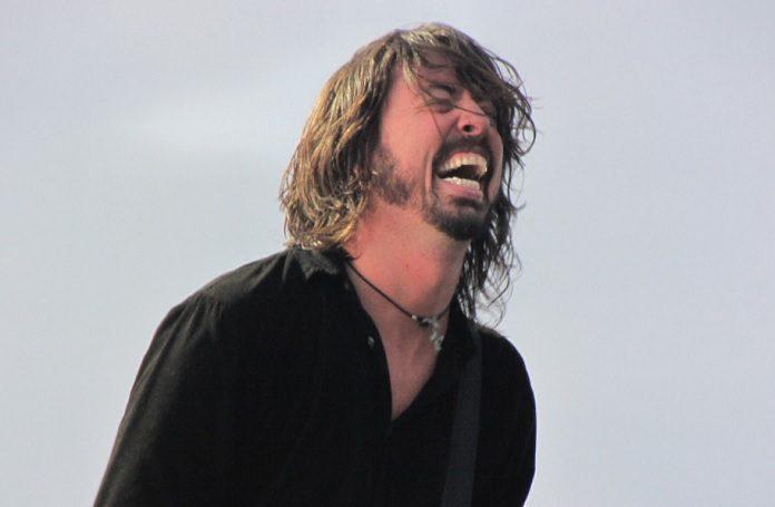 Dave Grohl se mijando de rir