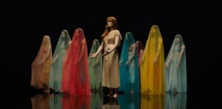 "Florence no clipe de ""Big God"""