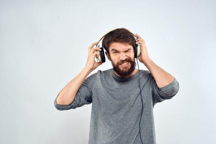 Homem tira fones de ouvido