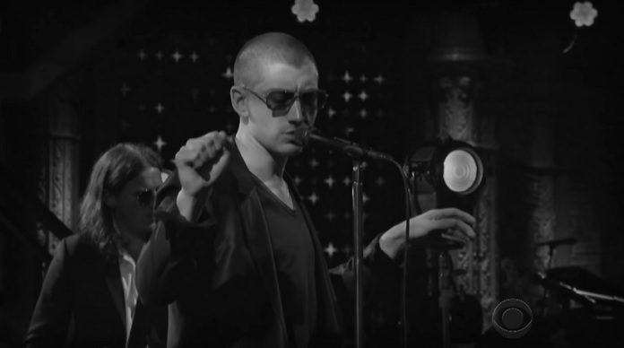Arctic Monkeys no programa de Colbert