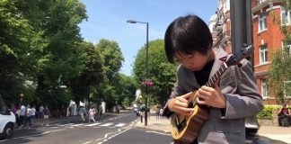 Garotinho Taiwanês tocando Ukelele Feng E