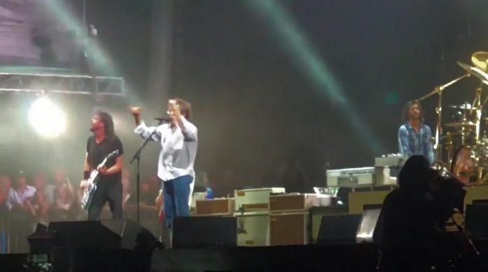 Foo Fighters toca Ramones com médico de Dave Grohl