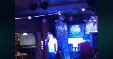 J. Mascis canta Tom Petty em karaokê de bar