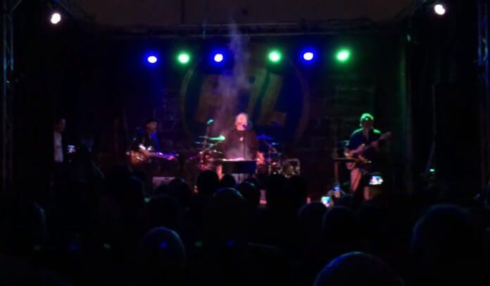 John Lydon espalha cinzas de fã no palco
