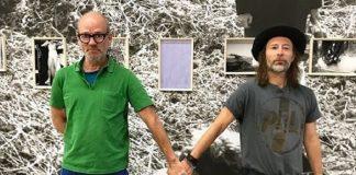 Thom Yorke e Michael Stipe posam de mãos dadas