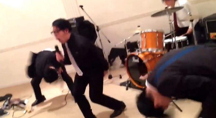 Banda japonesa muito louca bangeando no casamento com música do Converge