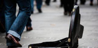 Case de violão na rua, música, artista, dinheiro