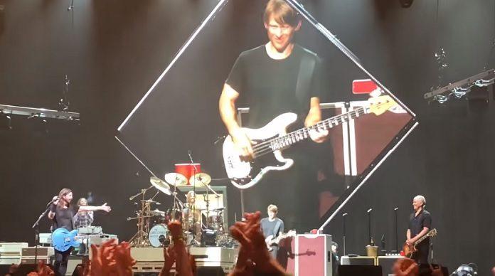 Chris Chaney com o Foo Fighters