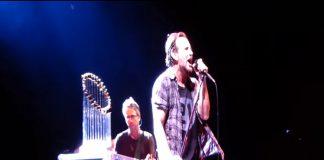 Eddie Vedder (Pearl Jam) tocando Bowie em Chicago