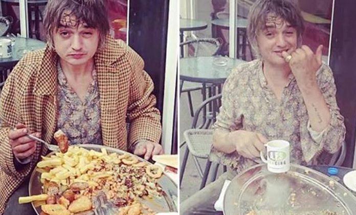 Pete Doherty (The Libertines) mandando pra baixo um prataço do caraio de comida