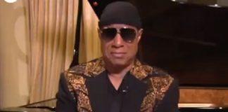Stevie Wonder se emociona ao falar de Aretha Franklin