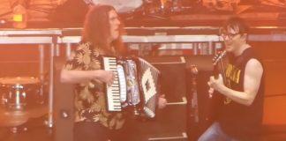 Weezer e Weird Al Yankovic tocando Africa