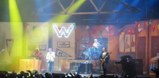Weezer recria Buddy Holly ao vivo