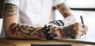 Braço tatuado