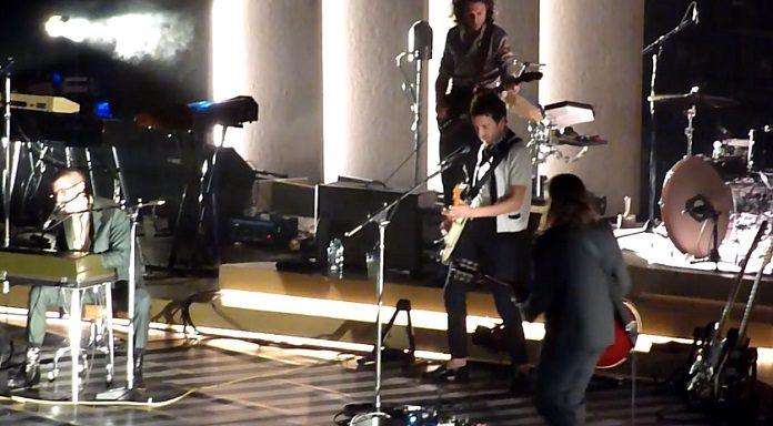 Arctic Monkeys e Miles Kane tocando 505