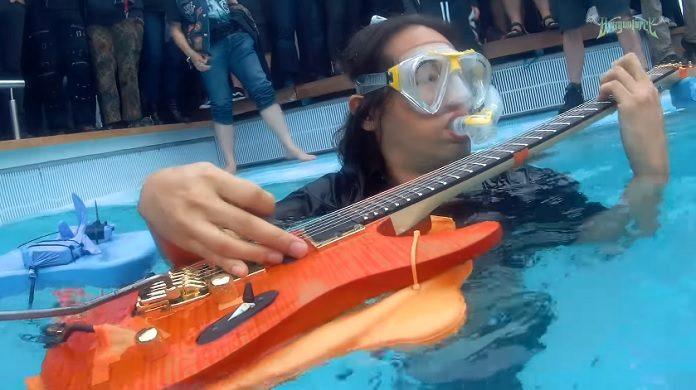 Guitarrista do DragonForce louquíssimo tocando guitarra embaixo da água