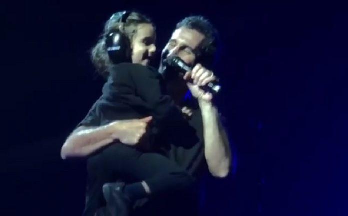 Serj Tankian e filho em show do System of a Down