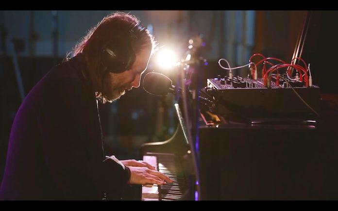 Thom Yorke tocando Unmade nos estúdios da BBC