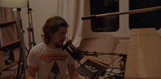 Alex Turner com camiseta de Laranja Mecânica