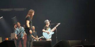 Foo Fighters toca Metallica com jovem fã