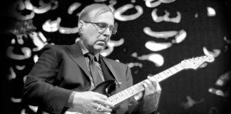 Paul Allen tocando guitarra