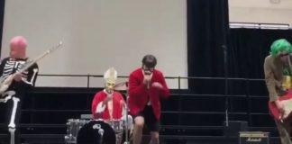 Red Hot Chili Peppers em Escola no Halloween