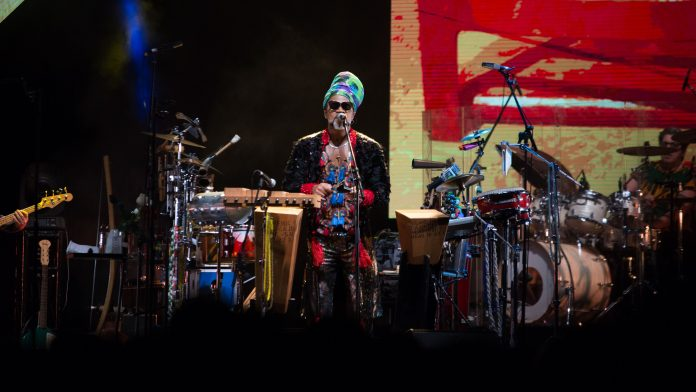 Carlinhos Brown no show dos Tribalistas