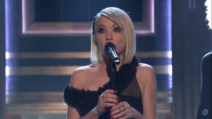 Carly Rae Japsen se apresenta no Jimmy Fallon com a música