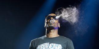 Snoop Dogg fuma no palco, 2016