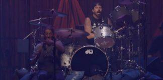 Dave Grohl tocando Play ao vivo