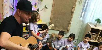 Shavo Odadjian tocando Toxicity (System of a Down) com o filho