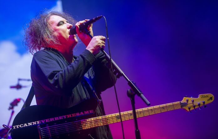 Robert Smith com o The Cure em Praga, 2016