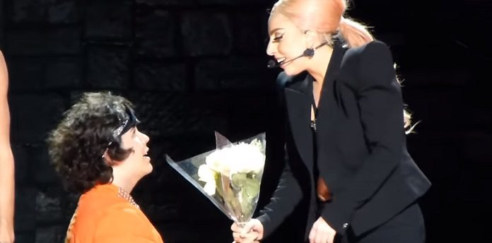 Lady Gaga e fã em Scheibe, 2013