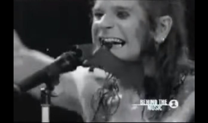 Ozzy Osbourne mordendo morcego