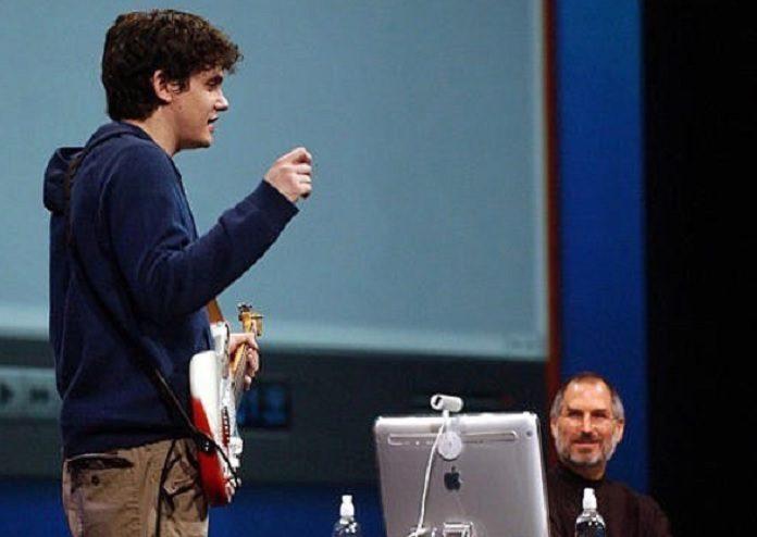 Steve Jobs e John Mayer lançando o Garage Band