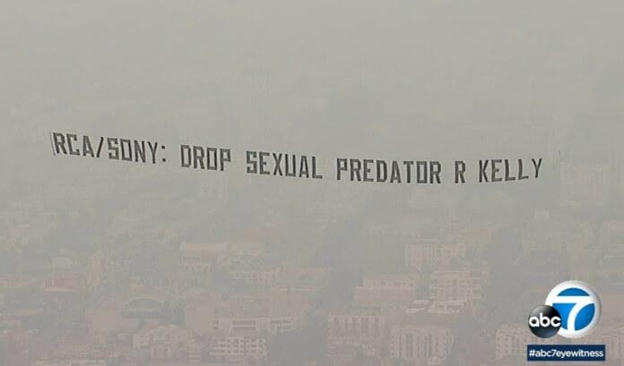 Banner de protesto contra R. Kelly
