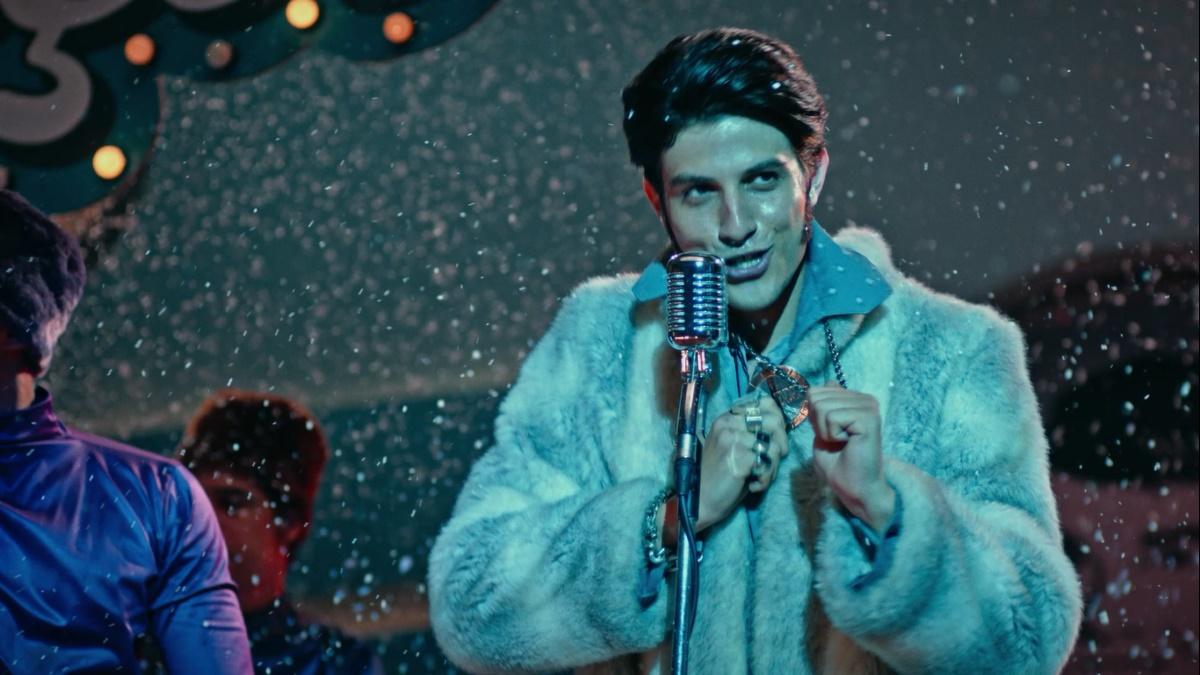 Chay Suede como Erasmo Carlos no filme Minha Fama de Mau