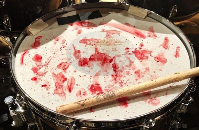 Bateria do Slipknot com sangue