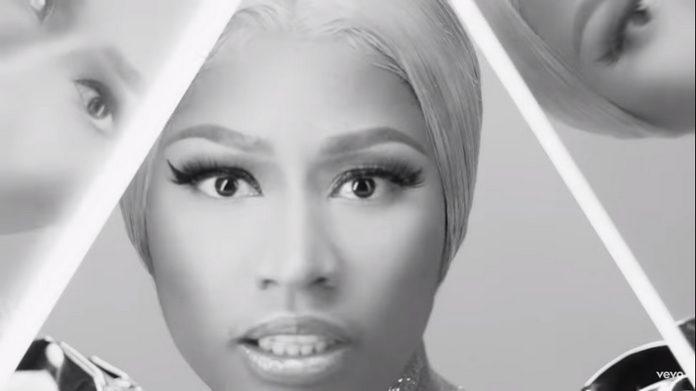 Nicki Minaj no vídeo de Hard White.