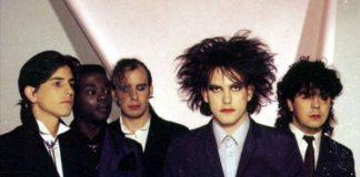 The Cure com Andy Anderson (segundo da esquerda pra direita)