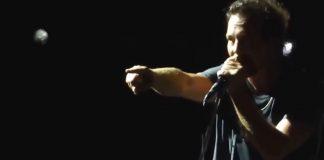 Eddie Vedder parando show do Pearl Jam em 2016
