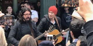 Dave Grohl nas ruas de Seattle