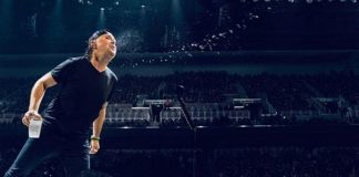 Lars Ulrich cospe água nos fãs