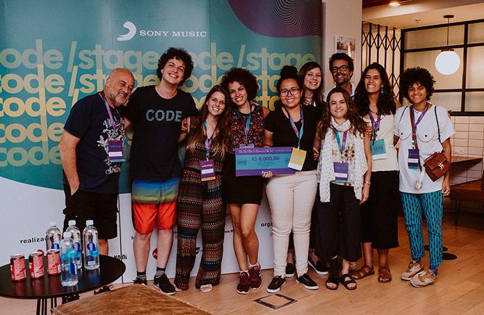 Minas Music, o time vencedor, junto com os integrantes do júri