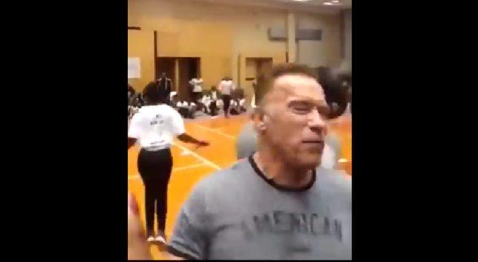 Arnold Schwarzenegger voadora