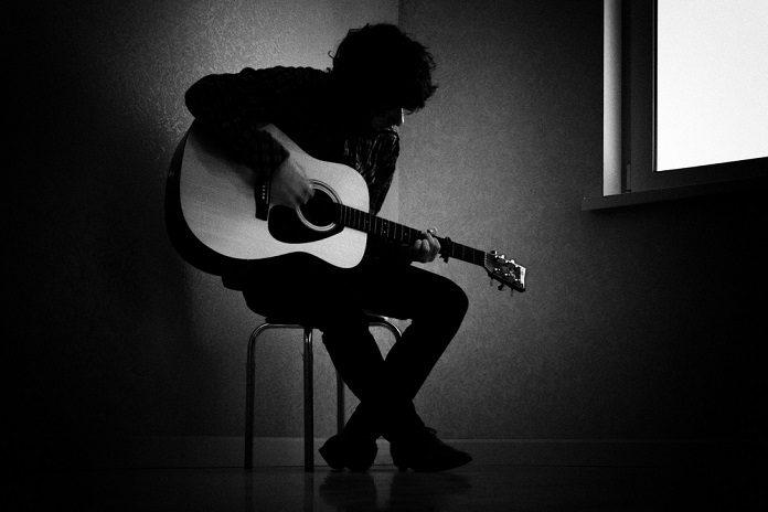 Músico triste shutterstock_143096134